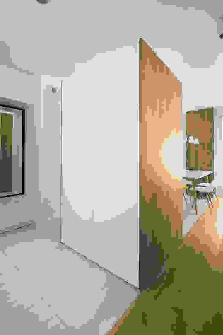 Mieszkanie MiM Minimalistyczny korytarz, przedpokój i schody od 081 architekci Minimalistyczny
