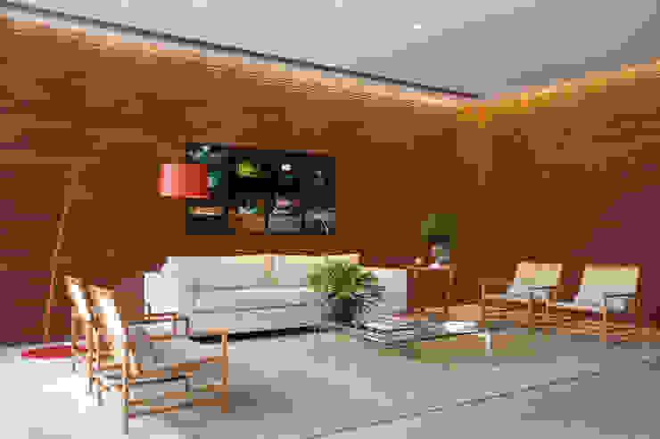 Modern Corridor, Hallway and Staircase by Gisele Taranto Arquitetura Modern