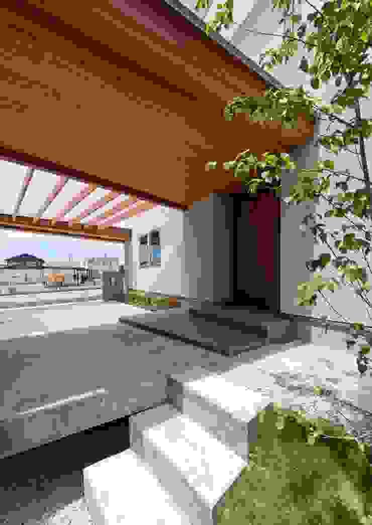 玄関前 モダンデザインの テラス の 森建築設計室 モダン