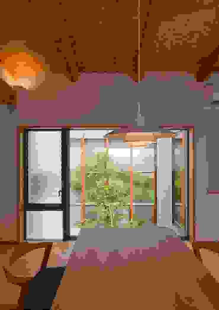 ダイニングと中庭 モダンデザインの ダイニング の 森建築設計室 モダン