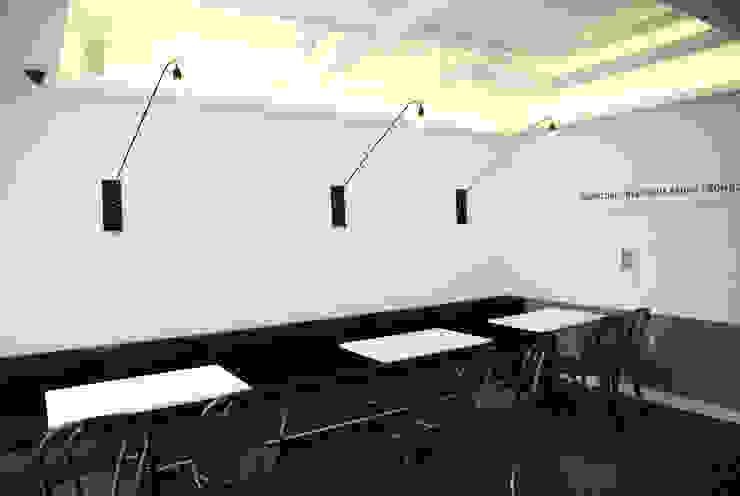 """아기자기한 카페공간 """"BONBON"""": 1204디자인의 현대 ,모던"""