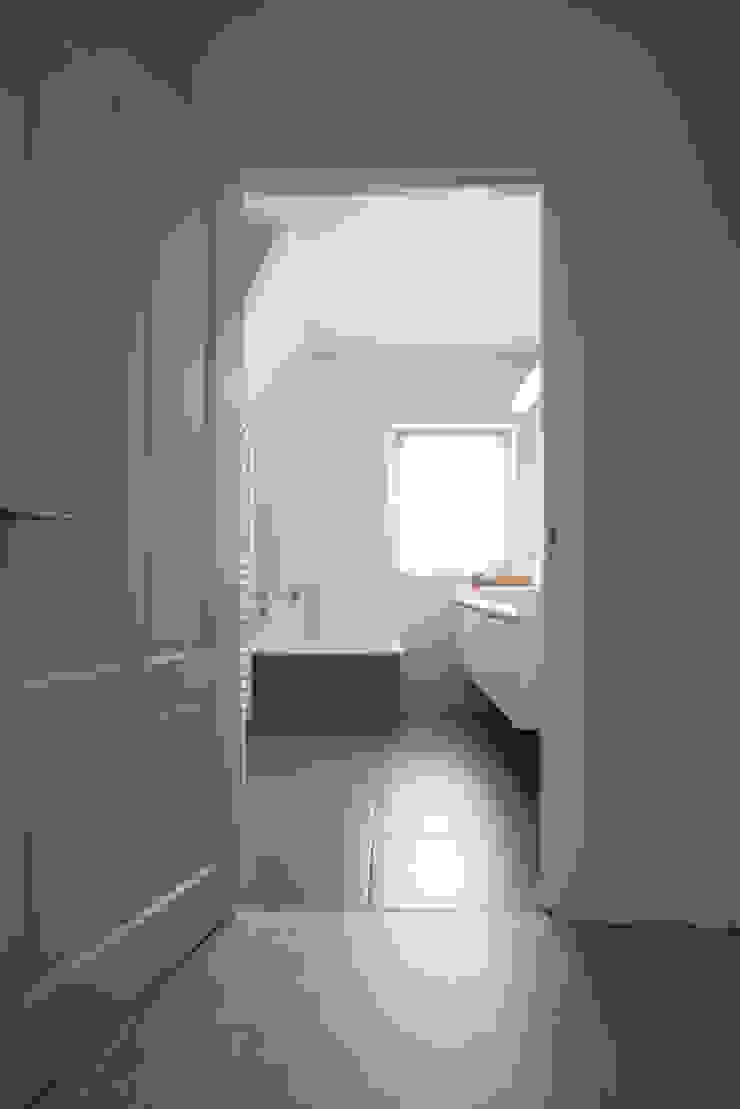 Doorkijk van de gang naar de badkamer Moderne badkamers van Hemels Wonen interieuradvies Modern