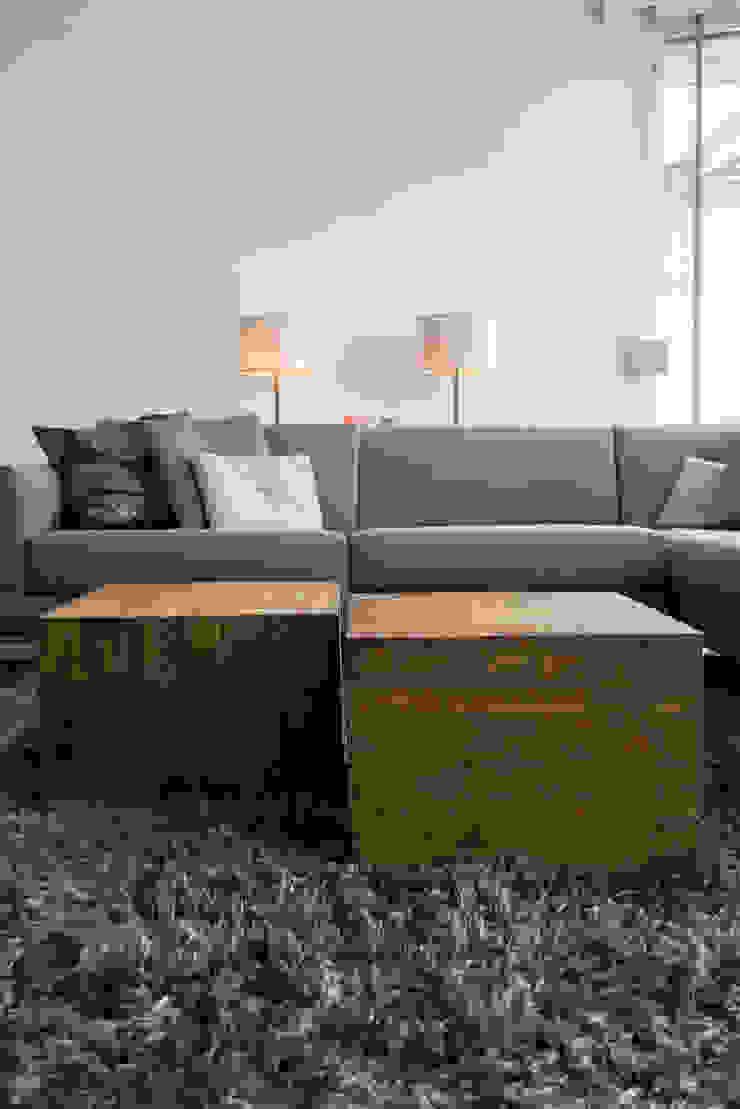 Moderne bank in combinatie met grove houten salontafels Moderne woonkamers van Hemels Wonen interieuradvies Modern