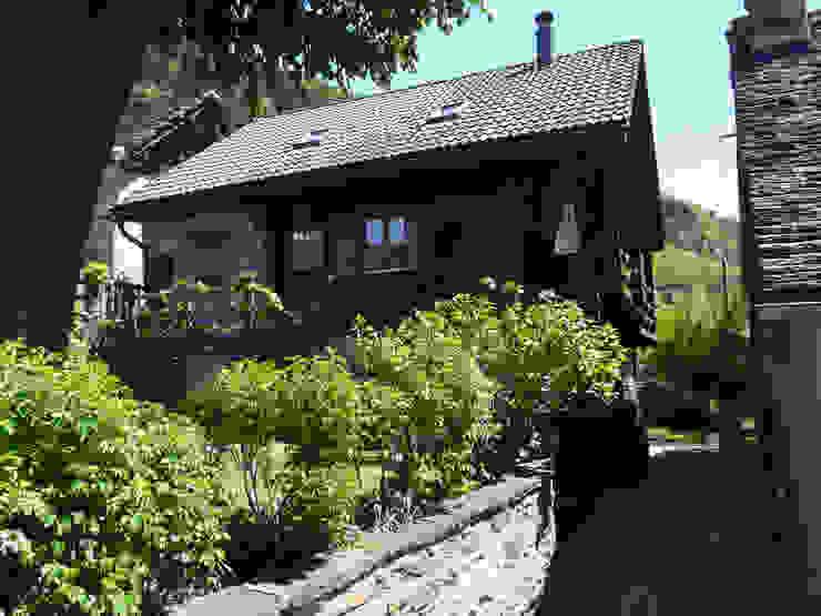 Fronte sul giardino Case in stile rustico di Interni d' Architettura Rustico