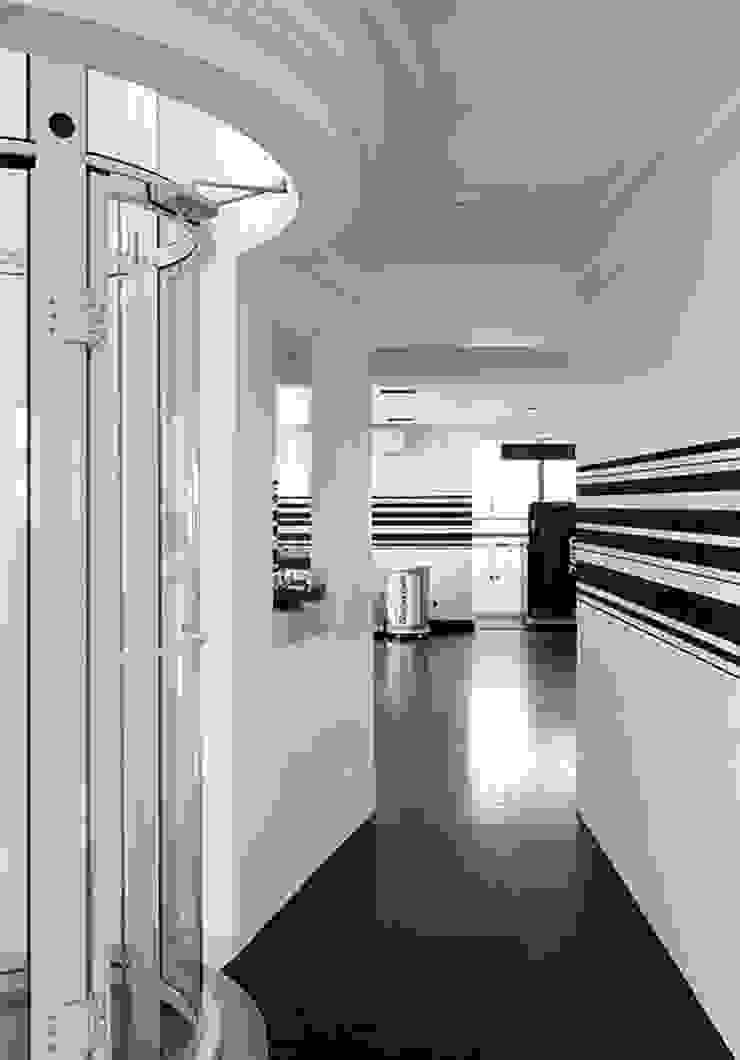 STUDIO CAMILA VALENTINI Modern corridor, hallway & stairs