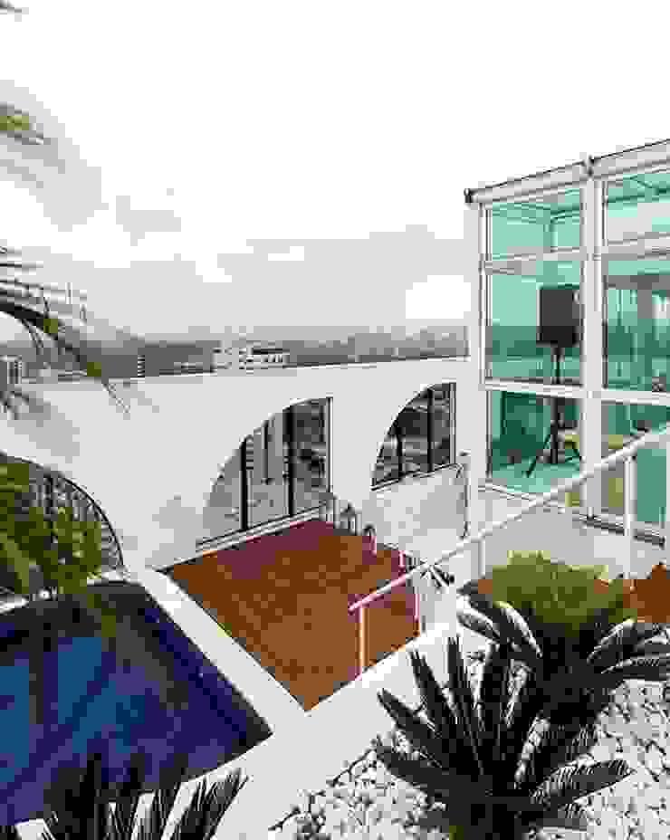 現代房屋設計點子、靈感 & 圖片 根據 STUDIO CAMILA VALENTINI 現代風