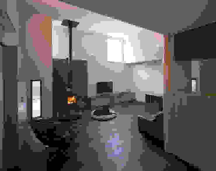 リビングルーム1 北欧デザインの リビング の 矩須雅建築研究所 北欧
