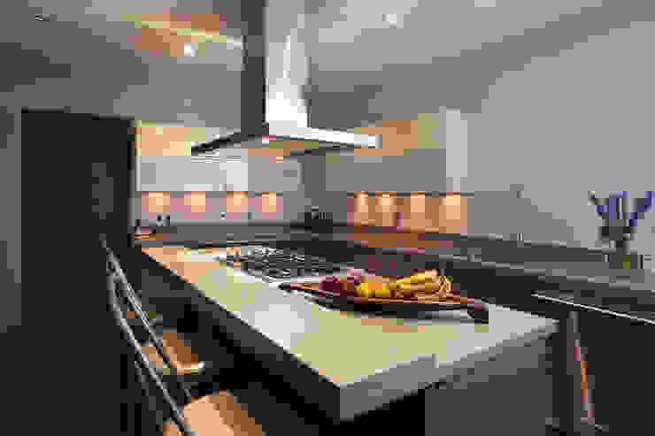 Modern kitchen by kababie arquitectos Modern