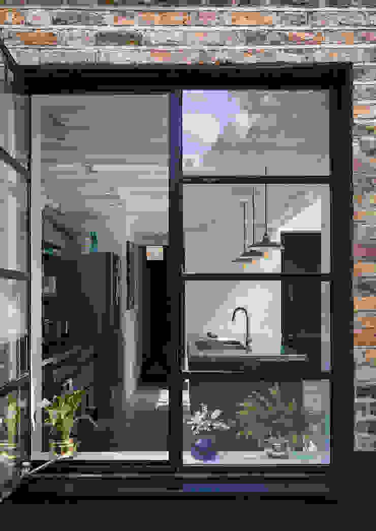 View through window to kitchen Casas de estilo industrial de Mustard Architects Industrial