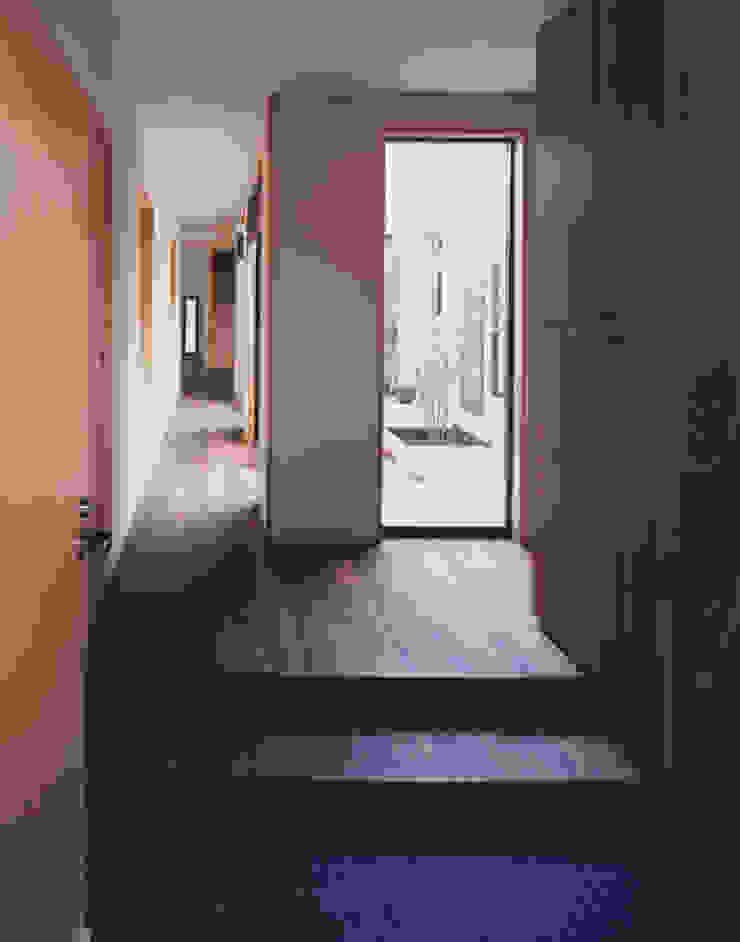 玄関、廻廊 北欧スタイルの 玄関&廊下&階段 の 矩須雅建築研究所 北欧