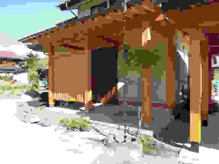大屋根の家 玄関 オリジナルな 家 の 江建築設計事務所 オリジナル