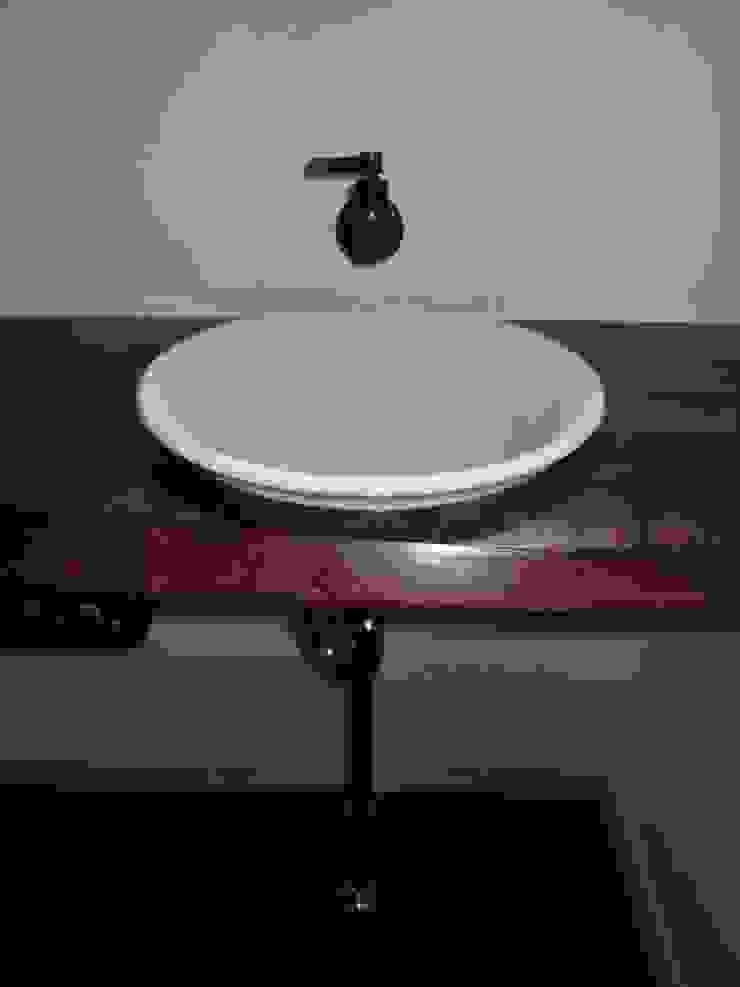 大屋根の家 トイレ手洗い: 江建築設計事務所が手掛けた折衷的なです。,オリジナル