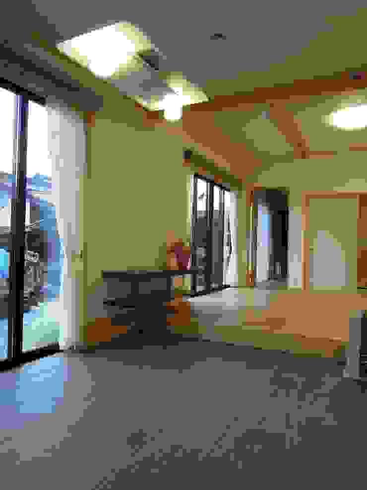 大屋根の家 土間~リビング オリジナルデザインの ダイニング の 江建築設計事務所 オリジナル