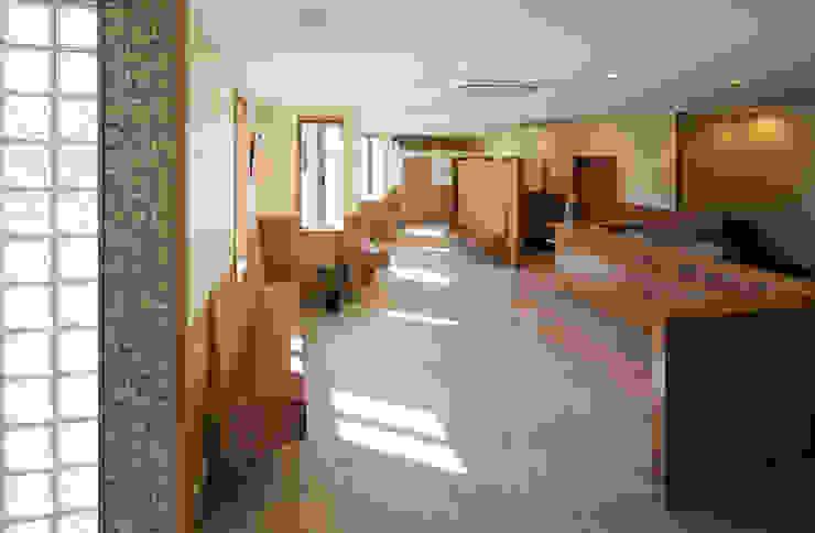 待合室1 オリジナルデザインの 多目的室 の 矩須雅建築研究所 オリジナル