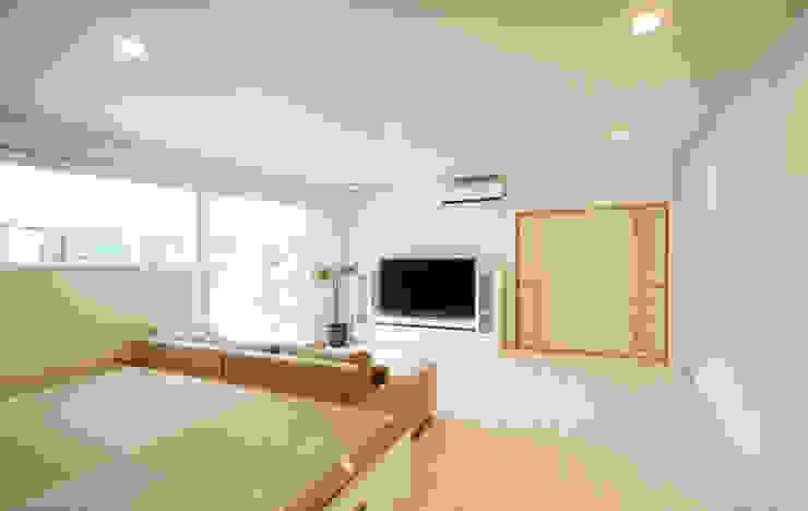 Living room by 吉田設計+アトリエアジュール,