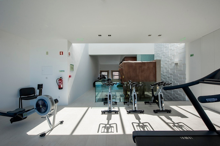 Industrial style gym by Risco Singular - Arquitectura Lda Industrial