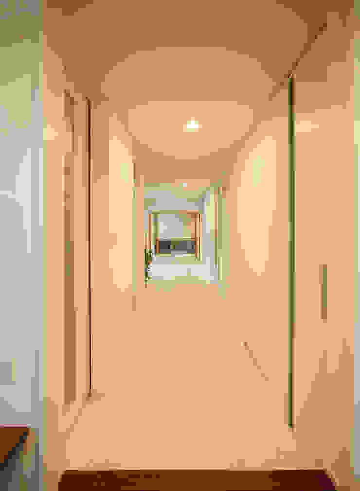 Modern corridor, hallway & stairs by 吉田設計+アトリエアジュール Modern