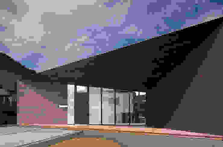 現代房屋設計點子、靈感 & 圖片 根據 株式会社コウド一級建築士事務所 現代風