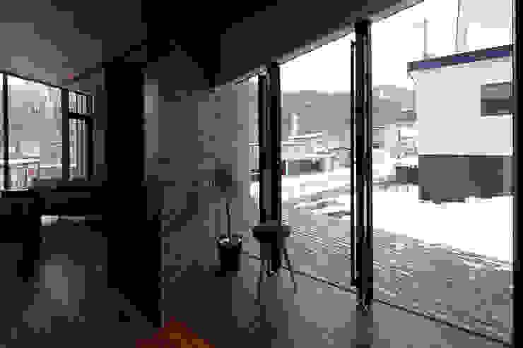 現代風玄關、走廊與階梯 根據 株式会社コウド一級建築士事務所 現代風