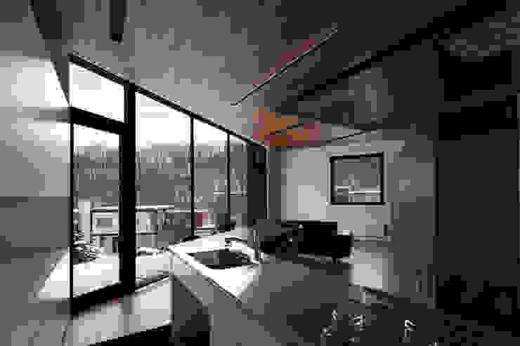现代客厅設計點子、靈感 & 圖片 根據 株式会社コウド一級建築士事務所 現代風