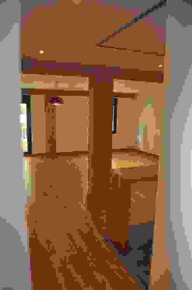 El acceso. Salones de estilo moderno de 3 M ARQUITECTURA Moderno
