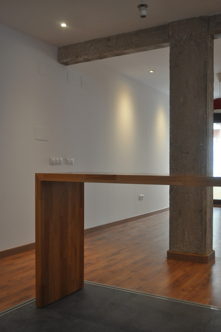 Hormigón y madera. Salones de estilo moderno de 3 M ARQUITECTURA Moderno