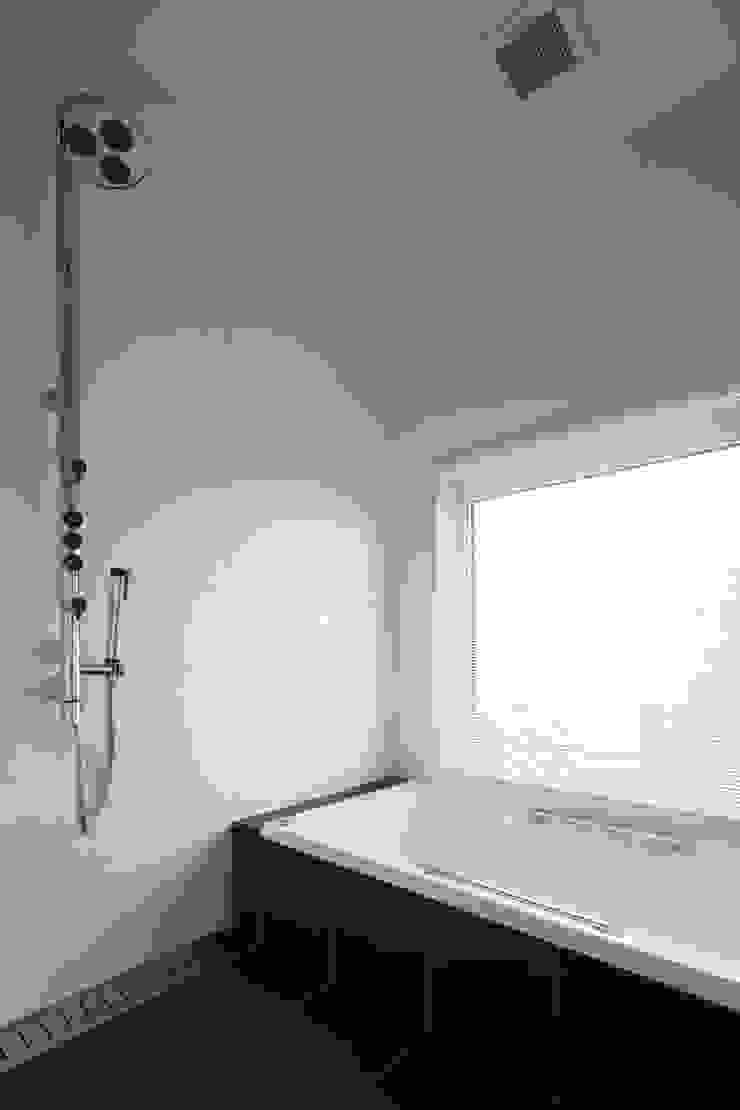 現代浴室設計點子、靈感&圖片 根據 株式会社コウド一級建築士事務所 現代風