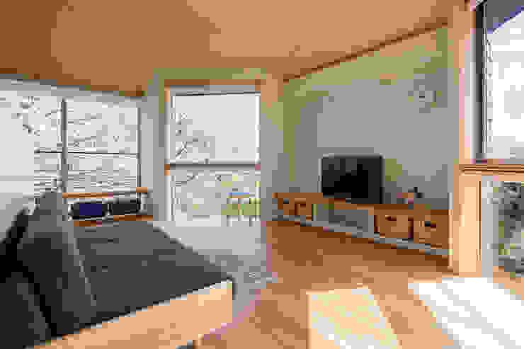 Moderne Wohnzimmer von 株式会社リオタデザイン Modern