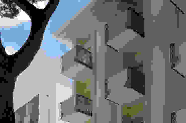 Balconi e colonne Hotel in stile eclettico di GHINELLI ARCHITETTURA Eclettico