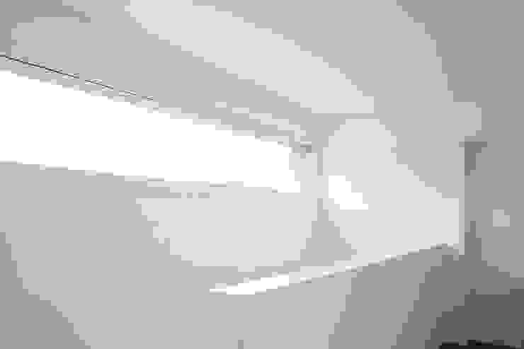 EFH Busswil Moderner Flur, Diele & Treppenhaus von skizzenROLLE Modern