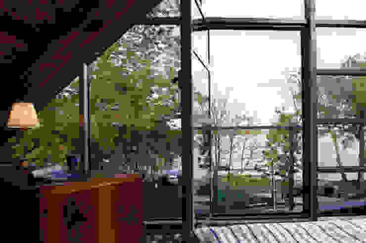 KOZIN Eklektyczny balkon, taras i weranda od INSPACE Eklektyczny