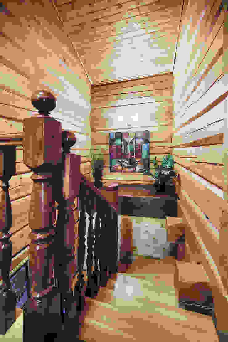Коттедж в Сысерти Коридор, прихожая и лестница в рустикальном стиле от Ирина Шаманова Рустикальный
