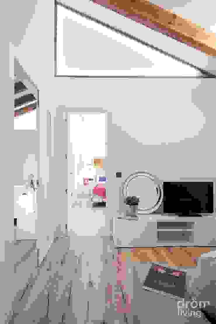 Corredores, halls e escadas escandinavos por Dröm Living Escandinavo