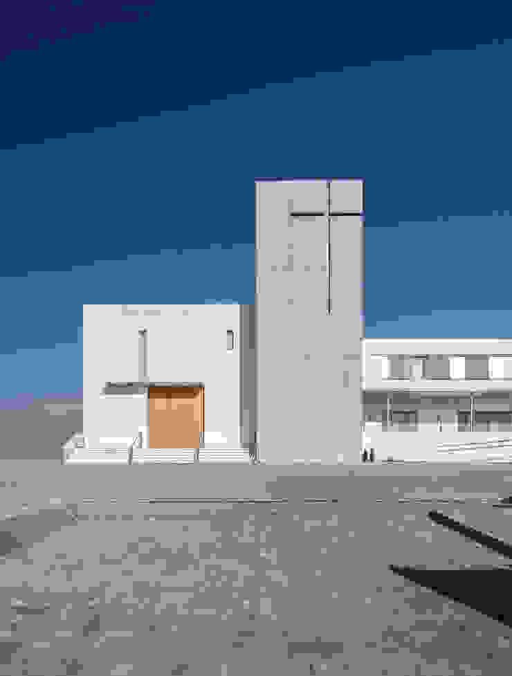 Fachada principal de la iglesia Casas de estilo moderno de Hernández Arquitectos Moderno