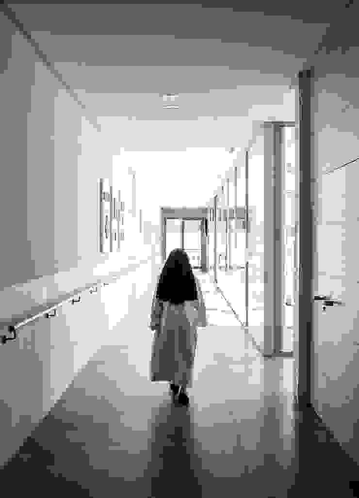 Pasillos Pasillos, vestíbulos y escaleras de estilo moderno de Hernández Arquitectos Moderno
