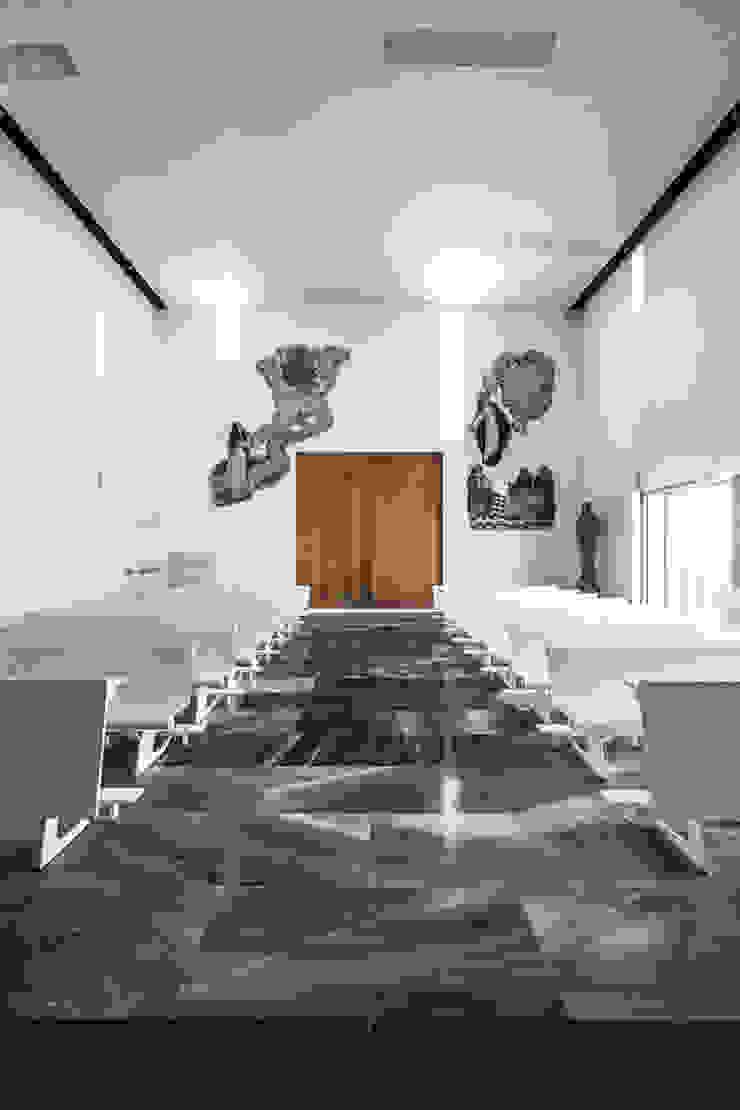 Interior de la iglesia Salones de estilo moderno de Hernández Arquitectos Moderno