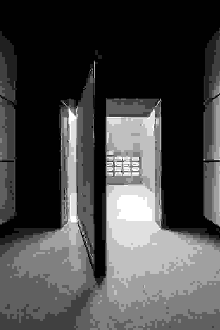 Cripta Puertas y ventanas de estilo moderno de Hernández Arquitectos Moderno