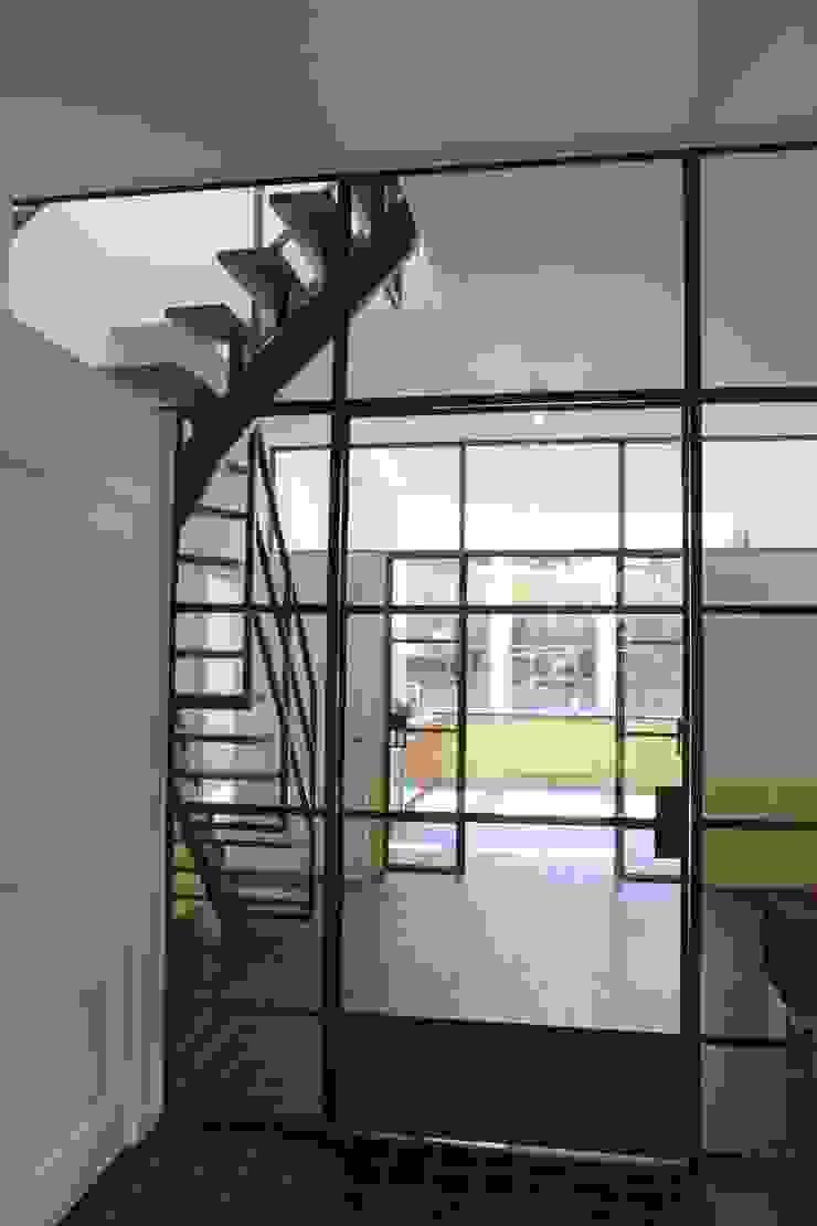 koppeling tussen entree, hal en keuken Landelijke gangen, hallen & trappenhuizen van Architectenbureau Vroom Landelijk