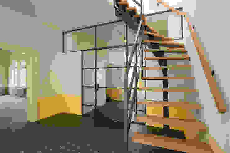 trap Landelijke gangen, hallen & trappenhuizen van Architectenbureau Vroom Landelijk
