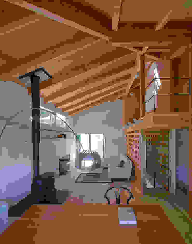 谷間の家 モダンデザインの リビング の 株式会社 長野総合建築事務所 モダン