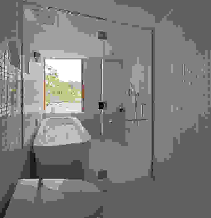 谷間の家 モダンスタイルの お風呂 の 株式会社 長野総合建築事務所 モダン