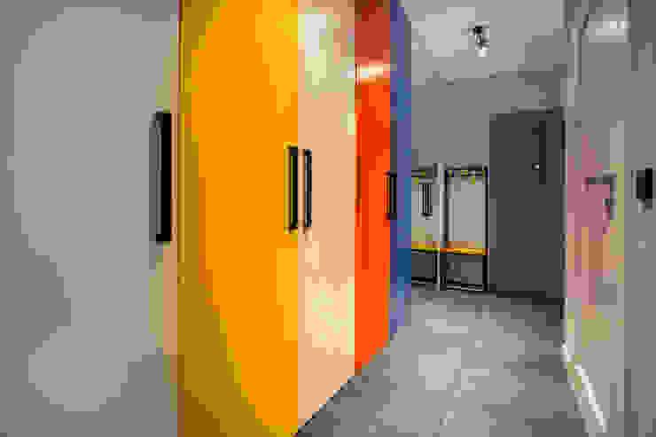 Corredores, halls e escadas modernos por INSPACE Moderno