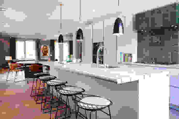 QUEENS van casco kantoor pand naar luxe woonappartement in Amsterdam aan het Vondelpark Moderne keukens van Binnenvorm Modern
