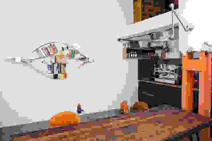 flexibles und nachhaltiges Wandregal aus Holz und Metall.:  Wohnzimmer von Neuvonfrisch - Möbel und Accessoires,