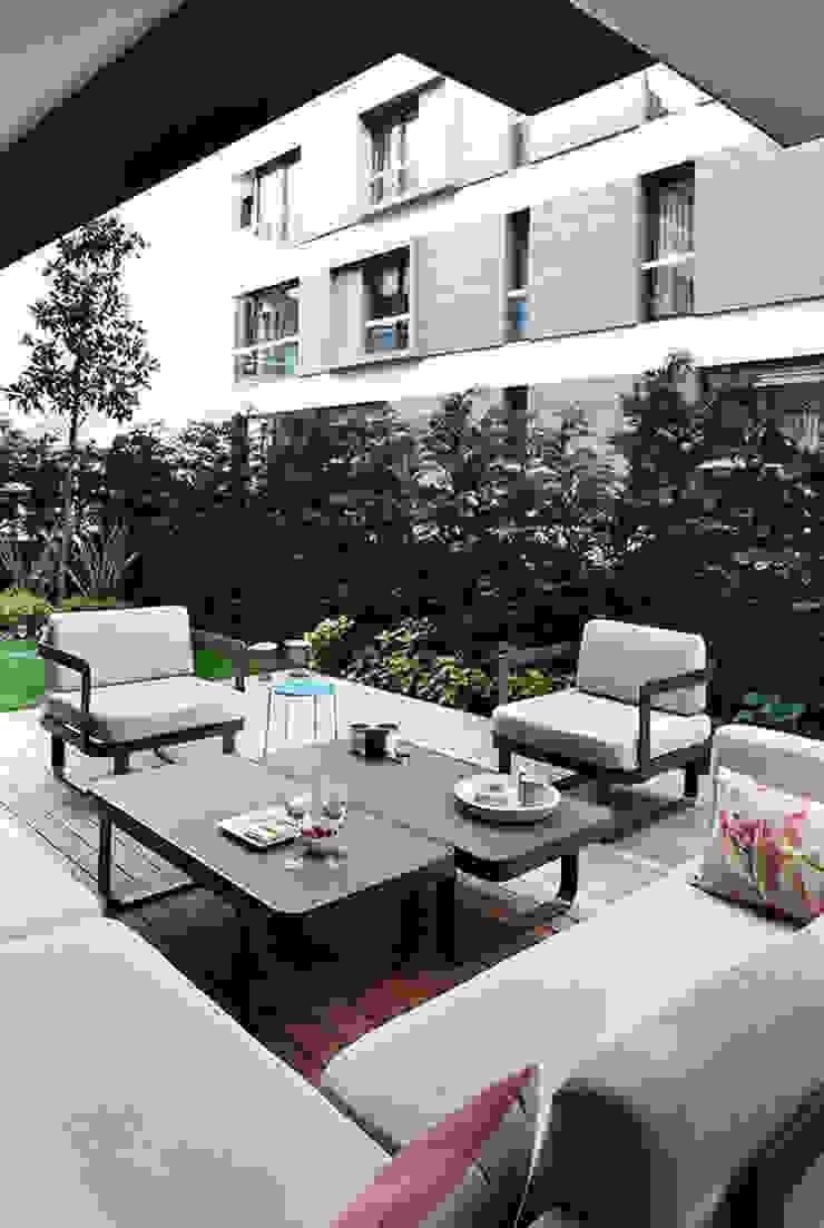 terrace: modern  by Esra Kazmirci Mimarlik, Modern