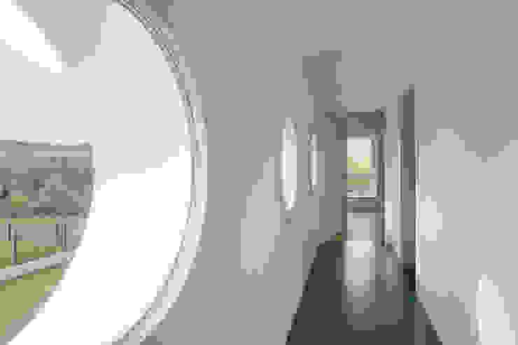 Corredores, halls e escadas modernos por Bau Eins Architekten BDA Moderno