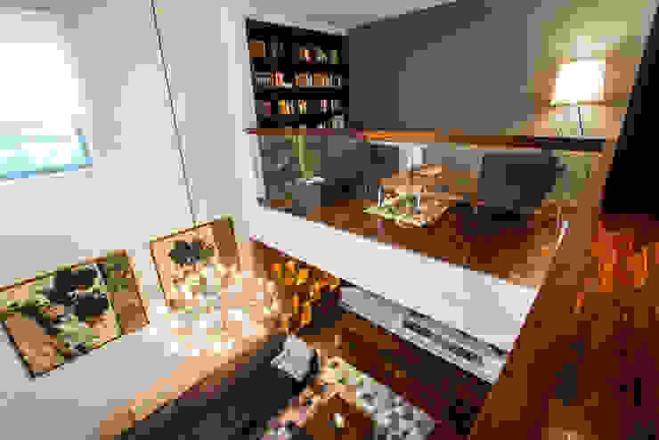 Widok z antresoli Eklektyczny salon od Viva Design - projektowanie wnętrz Eklektyczny