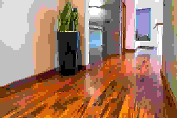 現代風玄關、走廊與階梯 根據 Viva Design - projektowanie wnętrz 現代風