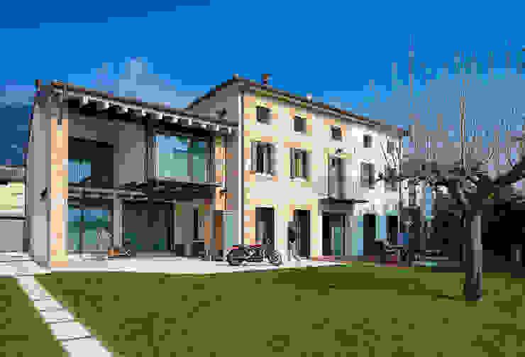 The garden and the southern front Giardino in stile rustico di SARA DALLA SERRA ARCHITETTO Rustico