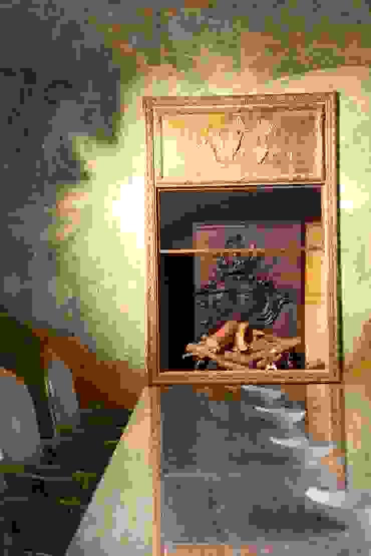 Камин в столовой с антикварной решеткой Кухня в средиземноморском стиле от Галерея Фрейман Средиземноморский